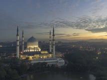 En soluppgång på den blåa moskén, Shah Alam royaltyfria bilder