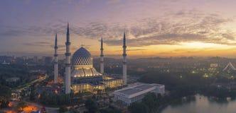 En soluppgång på den blåa moskén, Shah Alam arkivbild