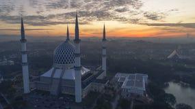 En soluppgång på den blåa moskén, Shah Alam royaltyfri foto
