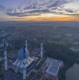 En soluppgång på den blåa moskén, Shah Alam royaltyfri bild