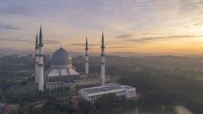 En soluppgång på den blåa moskén, Shah Alam Arkivfoto