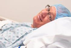 En souriant, mûrissez l'homme caucasien prêt pour la chirurgie. Photographie stock libre de droits