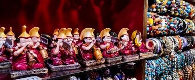En souvenir för buddistiska munkar på en röd bakgrund royaltyfri bild
