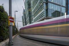 En spårvagn i Birmingham, England Spårvagnen flyttar sig arkivfoton