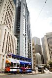 En spårvagn som bär passagerare, förbigår banken av Kina byggnad. Royaltyfria Foton