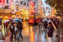 En spårvagn som passerar till och med det centrala shoppa området i Istanbul, Turkiet arkivfoton