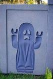 En spökegarnering i väggen för halloween Arkivbild