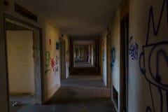 En spöklik korridor i ett övergett hotell royaltyfri foto