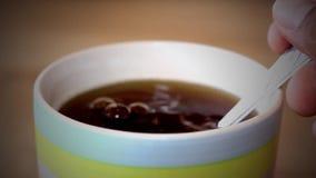 En special tesked med socker i kaffet för aourhälsa stock video