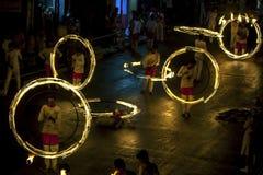 En spektakulär plats som dansare för brandboll utför längs Colombo Street i Kandy under Esalaen Perahera i Sri Lanka Fotografering för Bildbyråer