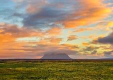En spektakulär soluppgång i Island med monteringen Hekla som täckas i ora arkivbild