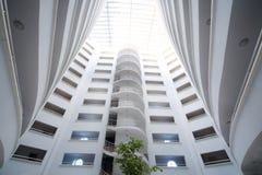 En spiraltrappuppgång och golv inom det bostads- komplexet Royaltyfri Fotografi