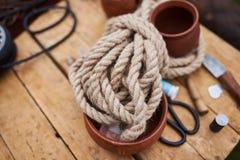 En spole av repet på tabellen Royaltyfria Bilder