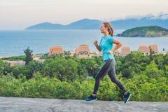 En sportive ung kvinna är förlovad i spring mot havet royaltyfria foton