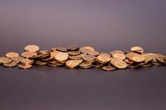 En spridning av mynt royaltyfri fotografi