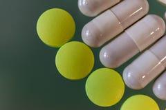 En spridning av olika preventivpillerar och kapslar Arkivfoto