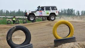 En spring för tävlings- bil på en hög hastighet royaltyfri fotografi
