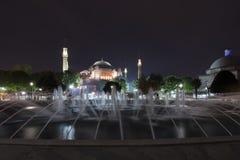 En springbrunn framme av Hagia Sophia, kallade också Helgedom Vishet, helgedomar Sophia, helgedomar Sapientia eller Ayasofya i tu royaltyfria bilder