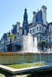 En springbrunn i gatan av Paris. Royaltyfria Bilder