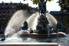 En springbrunn i gatan av Paris. Royaltyfri Bild