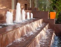 En springbrunn med en vattenfall Royaltyfria Foton