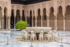 En springbrunn med lejon Fuente de los Leones i domstolen för lejon` s i slotten av Nasriden, Alhambra, Granada, Andalusia, Spani royaltyfri bild