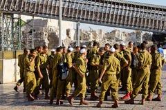 En squad av israelen tjäna som soldat på kvadrera nära den västra väggen (Jerusalem) Arkivbilder