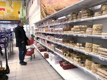 En ställning med livsmedel, kex och kakor i den Auchan stormarknaden arkivfoton
