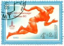 En stämpel som skrivs ut av USSR, spelar OS:er, Moskva - 80, Circa 1980 Fotografering för Bildbyråer