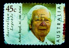 En stämpel som skrivs ut i Australien, visar en bild av australisk legendkonstnärArthur Boyd AC, OBE på värde på cent 45 Royaltyfria Bilder