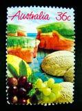 En stämpel som skrivs ut i Australien, visar en bild av blandat av frukter, rockmelon, vattenmelon och druvan på värde på cent 36 Arkivbilder