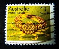 En stämpel som skrivs ut i Australien, visar en bild av den gula korallkrabban på värde på cent 3 Fotografering för Bildbyråer