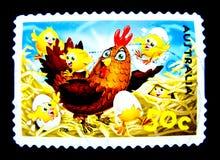 En stämpel som skrivs ut i Australien, visar en bild av den gulliga bruna hönatecknade filmen med höna på värde på cent 50 Royaltyfri Foto