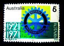 En stämpel som skrivs ut i Australien, visar en bild av den roterande internationalen 1921-1971 på värde på cent 6 Royaltyfri Foto
