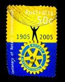 En stämpel som skrivs ut i Australien, visar en bild av den roterande internationalen 1905-2005 på värde på cent 50 Royaltyfri Foto