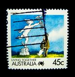 En stämpel som skrivs ut i Australien, visar en bild av den vård- stämpeln för tecknad filmteckenet för att bo tillsammans serie  Arkivbilder