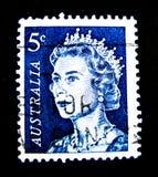 En stämpel som skrivs ut i Australien, visar en bild av drottningen Elizabeth II i blåttfärg på värde på cent 5 Fotografering för Bildbyråer