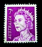 En stämpel som skrivs ut i Australien, visar en bild av drottningen Elizabeth II i lilafärg på värde på cent 7 Royaltyfria Bilder