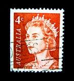 En stämpel som skrivs ut i Australien, visar en bild av drottningen Elizabeth II i orange färg på värde på cent 4 Arkivfoto