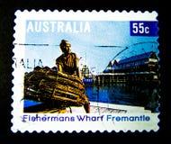 En stämpel som skrivs ut i Australien, visar en bild av fishermanshamnplatsfremantle, perth västra Australien på värde på cent 55 Royaltyfri Bild
