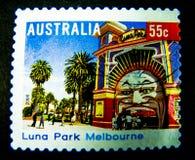 En stämpel som skrivs ut i Australien, visar en bild av Luna Park Melbourne på värde på cent 55 Royaltyfri Fotografi