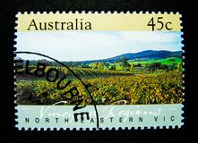 En stämpel som skrivs ut i Australien, visar en bild av norden - östliga vingårdregioner, Victoria Australia på värde på cent 45 Royaltyfria Foton