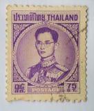 En stämpel som skrivs ut i Thailand shower, gör till kung den Bhumibol Adulyadej prinsen av Siam, circa 1963, satang 75 Fotografering för Bildbyråer