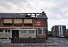 En stängd pub står övergiven och stigen ombord på ett bostadsområde i hunsleten leeds, når den har anfallits av vandaler royaltyfria foton