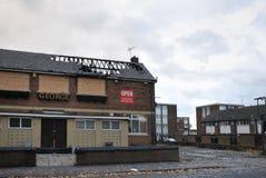 En stängd pub står övergiven och stigen ombord på ett bostadsområde i hunsleten leeds, når den har anfallits av vandaler royaltyfri fotografi