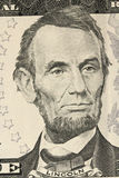 En stående av Abraham Lincoln på räkningen i fem US dollar Royaltyfri Fotografi