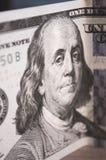 En stående av Benjamin Franklin på en 100 dollar Fotografering för Bildbyråer