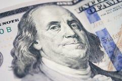 En stående av Benjamin Franklin på en 100 dollar Arkivbild
