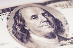 En stående av Benjamin Franklin på en 100 dollar Royaltyfri Foto