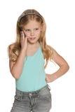 Den blonda flickan med en cell ringer Fotografering för Bildbyråer
